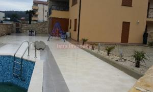 Novi stan sa velik vrtom i bazenom